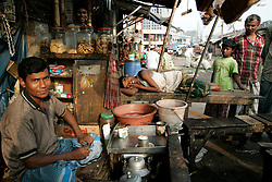 BANGLADESH DHAKA KAWRAN BAZAAR 3MARB05 - A teastall  at Kawran Bazaar vegetable market. The Bazaar has been in the Tejgaon area for at least 30 years and is one of the largest markets in Dhaka city...jre/Photo by Jiri Rezac..© Jiri Rezac 2005..Contact: +44 (0) 7050 110 417.Mobile:  +44 (0) 7801 337 683.Office:  +44 (0) 20 8968 9635..Email:   jiri@jirirezac.com.Web:    www.jirirezac.com..© All images Jiri Rezac 2005 - All rights reserved.