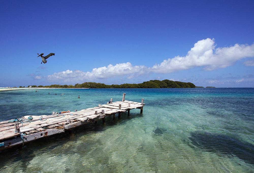 Vista del Cayo Madrizquí desde Cayo Pirata ambos ubicados en el Archipiélago de Los Roques, 29-09-06. El Parque Nacional Los Roques se encuentra a 176 kilómetros al norte de la ciudad de Caracas y constituye uno de los reservorios naturales más grandes del Caribe. Con 42 islotes, es considerado el parque marino más grande de América Latina.(ivan gonzalez)