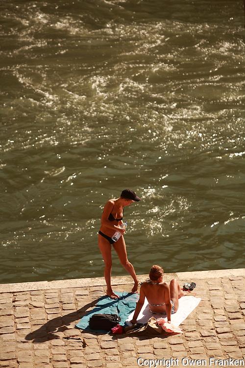 banks of the Seine, opposite Ile St. Louis, Paris, August 5, 2007.....