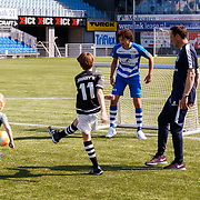 NLD/Zwolle/20180418 - Johnny de Mol onthult de nieuwe Eredivisiebal, voetballen met de jongeren van Syndroom