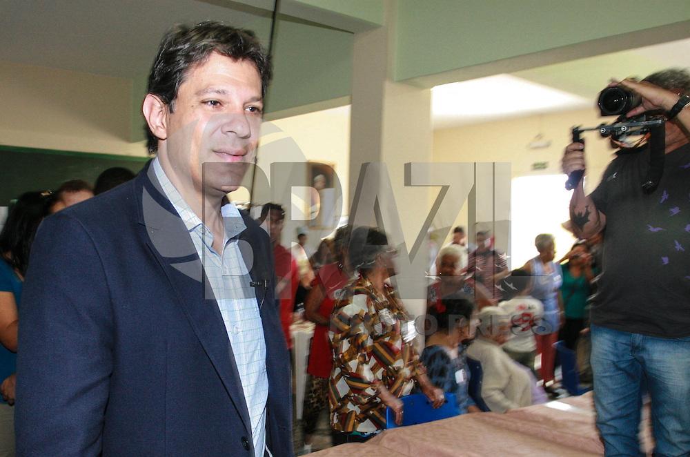 ATENÇÃO EDITOR: FOTO EMBARGADA PARA VEICULOS INTERNACIONAIS - SAO PAULO, SP, 14 DE SETEMBRO 2012 - ELEICOES SP - FERNANDO HADDAD - Candidato Fernando Haddad (PT) durante visita a Casa da Terceira Idade Teresa Bugolim regiao leste da cpaital paulista nesta sexta-feira, 14. FOTO: RODRIGO PIANO - BRAZIL PHOTO PRESS.