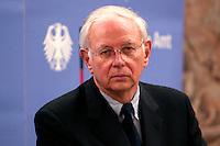 07 JAN 2005, BERLIN/GERMANY:<br /> Dr. Klaus Scharioth, Staatssekretaer im Auswaertigen Amt, waehrend einer Pressekonferenz zu den Ergebnissen des Krisenstabes im Auswaertigen Amt und zur aktuelle Situation im Gebiet der Flutkatastrophe Suedostasien, Auswaertiges Amt<br /> IMAGE: 20050107-01-006<br /> KEYWORDS: Staatssekretär Auswärtiges Amt