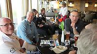 TEXEL - De Cocksdorp ;- NVGJ golfwedstrijd op golfbaan de Texelse. gezelligheid in het clubhuis . Rene Brouwer, Charles Taylor en Foeke Collet (r) COPYRIGHT KOEN SUYK