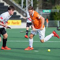 AMSTELVEEN - Roel Bovendeert (Bldaal) met Wiegert Schut (Adam)   tijdens de oefenwedstrijd tussen Amsterdam en Bloemendaal heren.    COPYRIGHT  KOEN SUYK