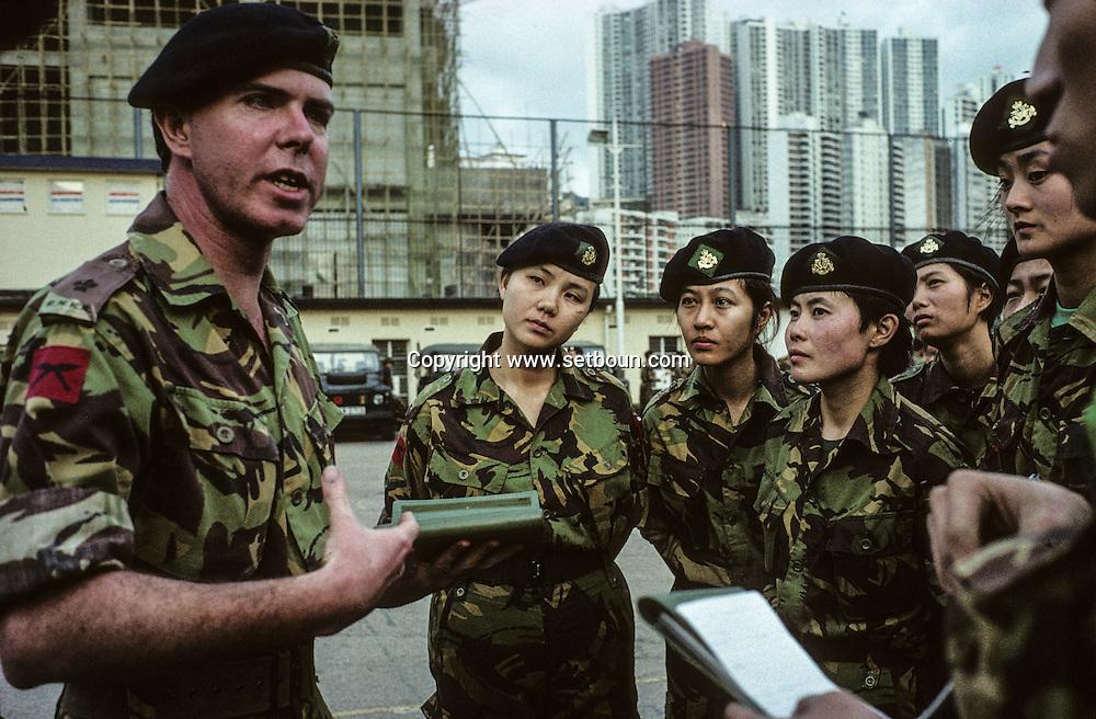 Hong Kong. Royal   regiment -  (volunteers)      / Dans la caserne du - Royal  volunteers régiment -  avant sa destruction. (armée de volontaires). un officier de l'armée anglaise explique la stratégie des prochains exercices militaires.  / R00057/23    L940319a  /  P0000278