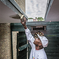 Nederland, Amsterdam, 30 september 2016.<br /> Schilderwerkzaamheden, houtrotbehandelingen en steiger werkzaamheden aan oudbouw in de Vegastraat van de wijk Tuindorp Oostzaan in Amsterdam Noord.<br /> <br /> Netherlands, Amsterdam, September 30, 2016.<br /> Repainting, wood rot treatments and scaffolding work on old buildings in the Vega Street Tuindorp Oostzaan neighborhood in Amsterdam North.<br /> <br /> Foto: Jean-Pierre Jans
