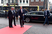 Koning Willem Alexander is aanwezig bij de NOS conferentie 'Journalistiek On Demand' in TivoliVredenburg te Utrecht waar onder andere gesproken wordt  over het belang van het NOS Journaal <br /> <br /> King Willem Alexander attends the NIS conference 'Journalism On Demand in TivoliVredenburg Utrecht where among other things it talks about the importance of the NOS News<br /> <br /> Op de foto / On the photo:  Aankomt Koning Willem Alexander / Arrival King Willem Alexander