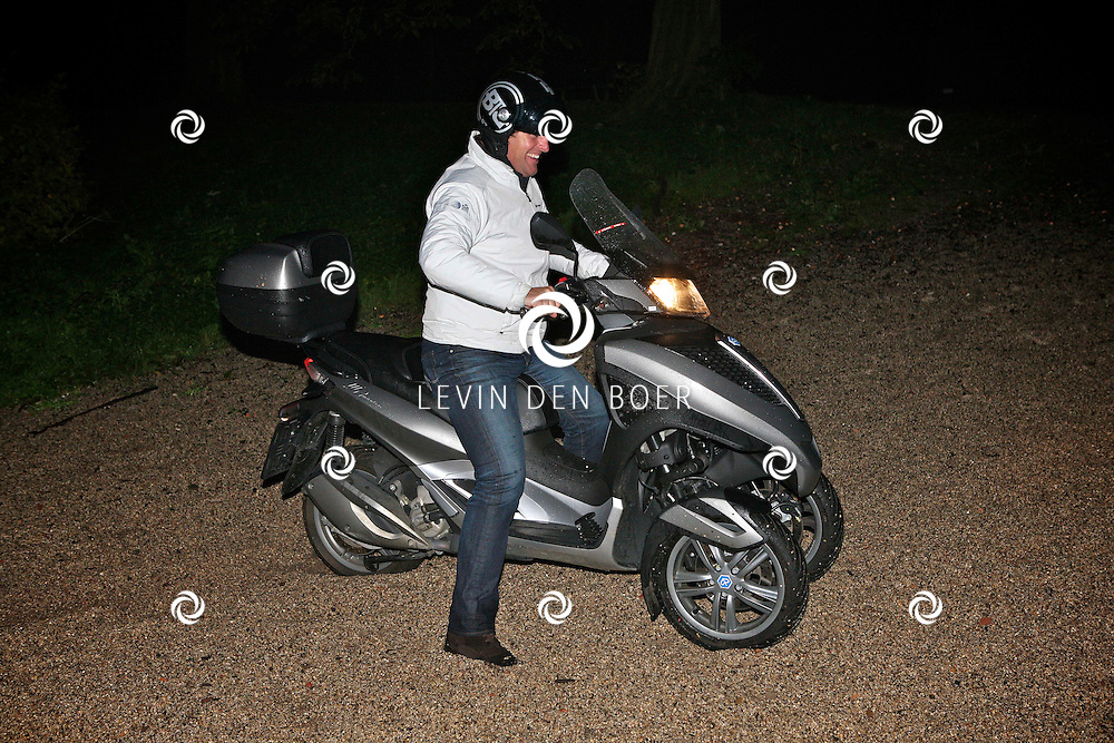 AMSTERDAM - In het Amsterdamse Bos is de musical Geronimo in premiere gegaan.  Met op de foto Edwin Smulders die probeert weg te rijden met zijn motor scooter in het diepe grind. FOTO LEVIN DEN BOER - PERSFOTO.NU