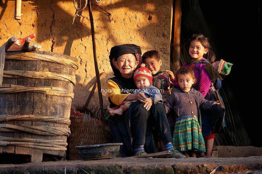 Vietnam Images-family-ethnic minority hoàng thế nhiệm hoàng thế nhiệm