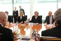 """16 OCT 2006, BERLIN/GERMANY:<br /> Ursula von der Leyen (M-Li), CDU, Bundesfamilienministerin, und Angela Merkel (M-Re), CDU, Bundeskanzlerin, zu Beginn des Spitzengespraechs """"Familie und Wirtschaft"""" der Bundeskanzlerin mit der Impulsgruppe der """"Allianz für die Familie"""", Kleiner Kabinettsaal, Bundeskanzleramt<br /> IMAGE: 20061016-01-004<br /> KEYWORDS: Spitzengespräch"""
