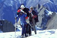 Nepal - porteurs - Les routiers de l'Himalaya - Passage d'un col à 5400 m d'altitude dans la région du Dolpo avec une touriste sur le dos