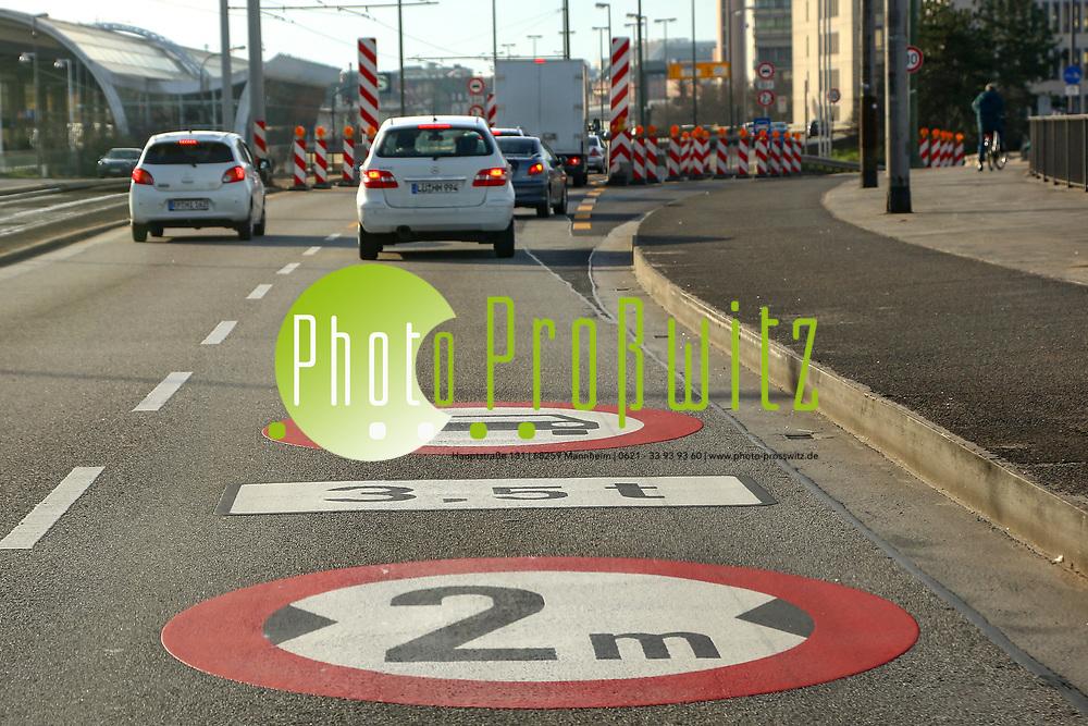 Ludwigshafen. 10.01.18 | <br /> Hochstra&szlig;e S&uuml;d. Aktive Geschwindigkeitsreduzierung und LKW Durchfahrtssperre wegen Br&uuml;ckensch&auml;den. Schilder auf der Hochstra&szlig;e S&uuml;d (B 37) aus Richtung Mannheim kommend vor der Lkw-Sperre. Diese zeigen noch 2 Meter als Maximalbreite an.<br /> <br /> Bild: Markus Prosswitz 10JAN18 / masterpress (Bild ist honorarpflichtig - No Model Release!) <br /> BILD- ID 00051 |