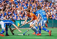 BLOEMENDAAL -  Jorrit Croon (Bldaal) tussen Sander de Wijn (Kampong) , Derck de Vilder (Kampong)  tijdens finale van de play-offs om de Nederlandse titel, Bloemendaal tegen titelhouder Kampong. COPYRIGHT  KOEN SUYK