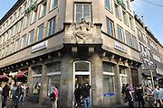 Duitsland, Dusseldorf, 2-6-2012Vestiging van de DB, Deutsche Bank. Mensen pinnen geld uit de pinautomaat, geldautomaat.Foto: Flip Franssen/Hollandse Hoogte