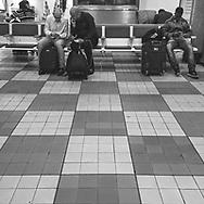 São Paulo, Brasil - 01 de setembro de 2015: Pessoas usam o celular no aeroporto de Congonhas.   Foto: CAIO GUATELLI