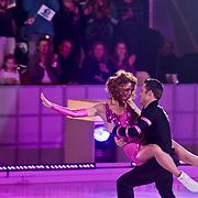 NLD/Hilversum/20110128 - Live show Sterren Dansen op het IJs2011, Kim Feenstra schaatst met haar partner hun eerste kuhr