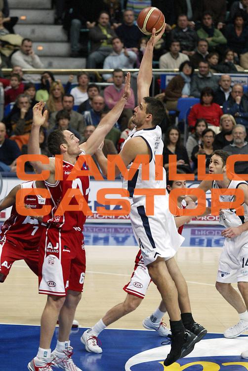 DESCRIZIONE : Bologna Lega A1 2005-06 Climamio Fortitudo Bologna Armani Jeans Milano<br /> GIOCATORE : Bagaric<br /> SQUADRA : Climamio Fortitudo Bologna <br /> EVENTO : Campionato Lega A1 2005-2006<br /> GARA : Climamio Fortitudo Bologna Armani Jeans Milano<br /> DATA : 20/11/2005<br /> CATEGORIA : Tiro<br /> SPORT : Pallacanestro<br /> AUTORE : Agenzia Ciamillo-Castoria/E.Pozzo<br /> Galleria : Lega Basket A1 2005-2006<br /> Fotonotizia : Bologna Campionato Italiano Lega A1 2005-2006 Climamio Fortitudo Bologna Armani Jeans Milano<br /> Predefinita :