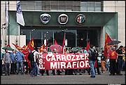 """Fiat: manifestazione, organizzata dalla Fiom Cgil a Mirafiori, lavoratori contro Marchionne - Un corteo di alcune centinaia di lavoratori e' partito dal cancello 9 dello stabilimento di Fiat Mirafiori, """"Da Torino a Pomigliano ai ricatti non ci pieghiamo"""", e' lo slogan piu' ripetuto."""