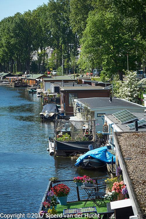 Woonboten in het Verversingskanaal aan de Conradkade in Den Haag - Houseboeats in The Hague, Netherlands