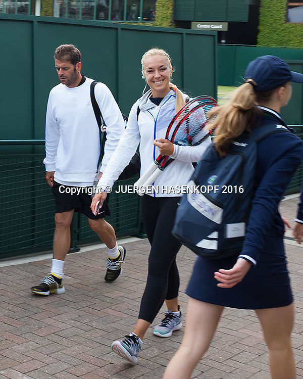 Wimbledon Feature, Sabine Lisicki und Trainer Navarro auf dem Weg zum Training.<br /> <br /> Tennis - Wimbledon 2016 - Grand Slam ITF / ATP / WTA -  AELTC - London -  - Great Britain  - 2 July 2016.