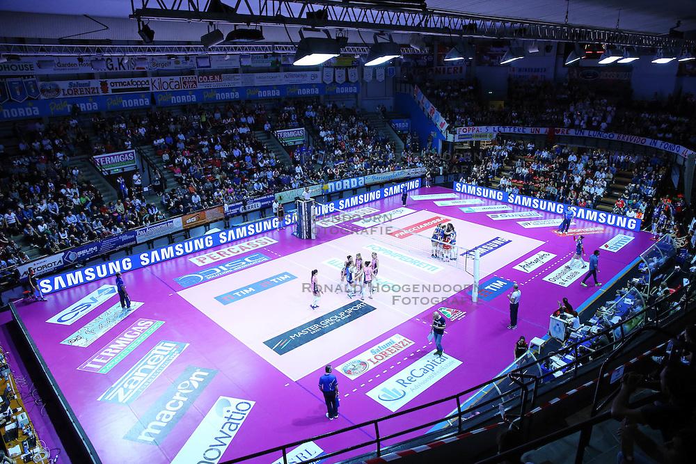 13-04-2016 ITA: Foppapedretti Bergamo - Pomi Casalmaggiore, Bergamo<br /> De zaal, roze vloer, sporthal<br /> <br /> ***NETHERLANDS ONLY***