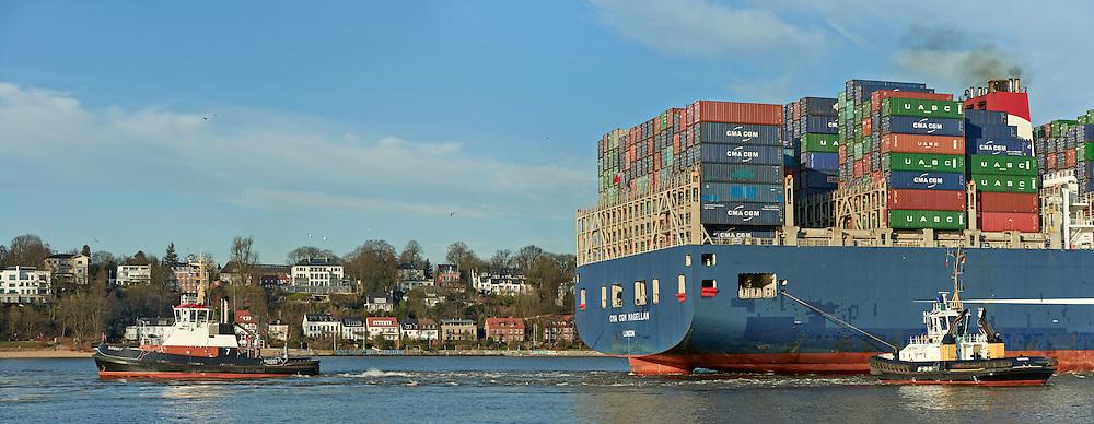 Containerschiff  CMA CGM Magellan wird von Schleppern in den Hamburger Hafen gezogen