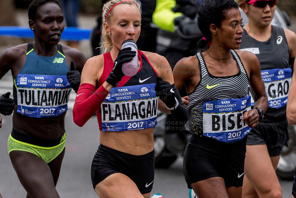05-11-2017 USA: NYC Marathon, New York<br /> De dag van de marathon, 42 km en 195 meter door de straten van Staten Island, Brooklyn, Queens, The Bronx en Manhattan / Shalane Flanagan wint de NYC marathon