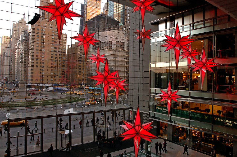USA, Nordamerika,New York, New York City, Manhattan, Columbus Circle, Time Warner Center, Weihnachts Licht und Musik Show in der fast 50 Meter hohen Eingangshalle, in den bis zu 4 Metern grossen Sternen leuchten insgesamt 8.500 LED Lampen in staendig wechselnden Farben, koordiniert mit  dem Sound von Interpretationen der legendaeren Nussknacker Suite. Die eingesetzte Lichtmischanlage ist die groesste dieser Art auf der Welt. Weihnachten, Weihnachts Dekoration, Einkaufszentrum, Waren, Konsum.The Time Warner Center at Columbus Circle celebrates the holiday season with a 21st century spectacle of light and music. The multi media sound and light experience  begins every evening at 4:00PM. The 150 foot high Great Room will resound with holiday music that has been programmed to be choreographed with twelve 14 foot stars that will hang in the room and be lit by the largest specially crafted display of illuminated color mixing in the world.  Over 8,500 color LED's will be programmed to coordinate with original interpretations of holiday music derived from the legendary Nutcracker Suite. The compositions will range from jazz to rock and classical renditions, and will cue to the complex lighting design in each star. The show was created by Holliday Image Inc., Shopping, Shopping Mall
