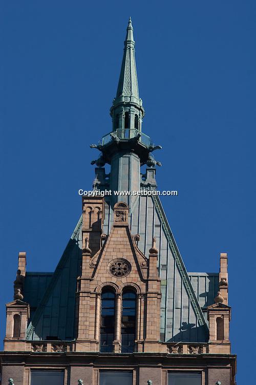 New York. The Sherry netherland neo gothic building with gargoyls . Manhattan / Le Sherry Netherland hotel sur la 5em avenue, avec des gargouilles sur le toit, style neo gothique  Manathan