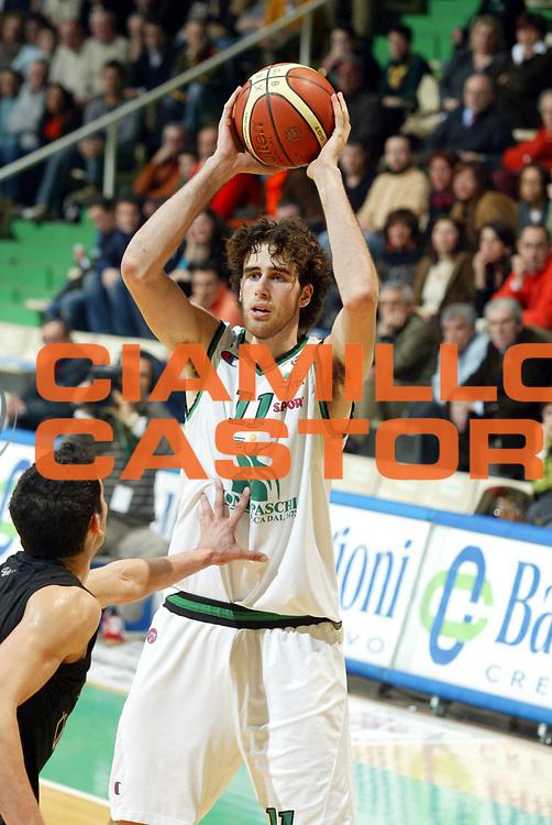 DESCRIZIONE : Siena Lega A1 2005-06 Montepaschi Siena VidiVici Virtus Bologna <br /> GIOCATORE : Datome <br /> SQUADRA : Montepaschi Siena <br /> EVENTO : Campionato Lega A1 2005-2006 <br /> GARA : Montepaschi Siena VidiVici Virtus Bologna <br /> DATA : 25/03/2006 <br /> CATEGORIA : Passaggio <br /> SPORT : Pallacanestro <br /> AUTORE : Agenzia Ciamillo-Castoria/G.Ciamillo