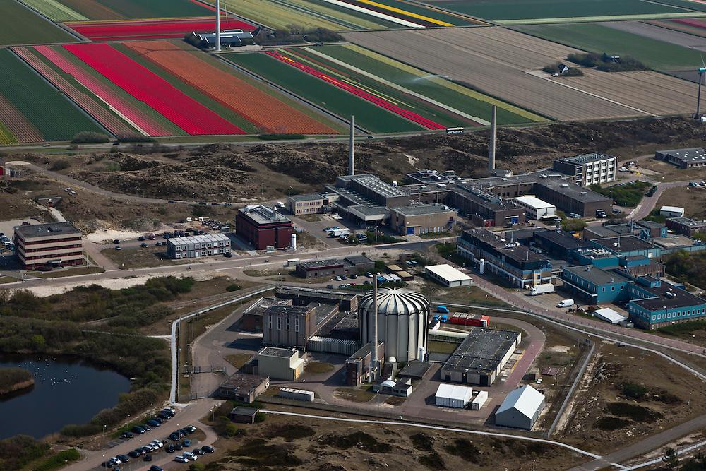 Nederland, Noord-Holland, Petten, 28-04-2010; Energieonderzoek Centrum Nederland (ECN). Behalve faciliteiten voor onderzoek naar windenergie en zonne-energie, huisvest het het terrein (kleine) kernreactoren, waaronder de Hoge Flux Reactor (HFR).  De onderzoeksreactor levert ook radioactieve preparaten voor medische doeleinden, waaronder diagnostiek en radiotherapie, bestraling, radiofarmacie..Netherlands Energy Research Foundation (ECN). The site houses research not only facilities for research on wind and solar energy, but also (small) nuclear reactors, including the High Flux Reactor (HFR). The research reactor produces also radioactive preparations used for  diagnostics and radiotherapy (radiation, radio-pharmacy).aerial photo (additional fee required).foto/photo Siebe Swart