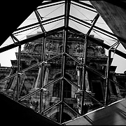 LE LOUVRE / EL LOUVRE<br /> Photography by Aaron Sosa<br /> París - France 2008<br /> (Copyright © Aaron Sosa)<br /> <br /> El Museo del Louvre (en francés: Musée du Louvre) es un museo de Francia consagrado al arte anterior al impresionismo, tanto bellas artes como arqueología  y artes decorativas. Es considerado el museo más importante del mundo, por la riqueza de sus colecciones y por la influencia que ha ejercido en los restantes museos del planeta. Está ubicado en París (Francia), en el antiguo palacio real del Louvre, y actualmente promueve la apertura de dos subsedes, en Lens (Francia) y en Abu Dabi (Emiratos Árabes Unidos).[1]<br /> <br /> Sus extensos muermos son el resultado de un doble esfuerzo histórico. Al coleccionismo desarrollado por la monarquía francesa a lo largo de varios siglos, se sumó el esfuerzo de los hombres de la Ilustración, la labor desamortizadora de la Revolución francesa y las campañas arqueológicas y compras impulsadas durante todo el siglo XIX. La apertura del Louvre en 1793 significó, dentro de la historia de los museos, el traspaso de las colecciones privadas de las clases dirigentes (monarquía, aristocracia e Iglesia) a galerías de propiedad pública para disfrute del conjunto de la sociedad. Por ello el Louvre constituyó el precedente de todos los grandes museos nacionales europeos y norteamericanos, y de hecho fue el modelo para muchos de ellos.<br /> <br /> Con más de quince millones de visitantes en 2008 es, con gran diferencia, el museo de arte más visitado del mundo y el más recordado por varias de sus obras maestras, como La Gioconda de Leonardo da Vinci.
