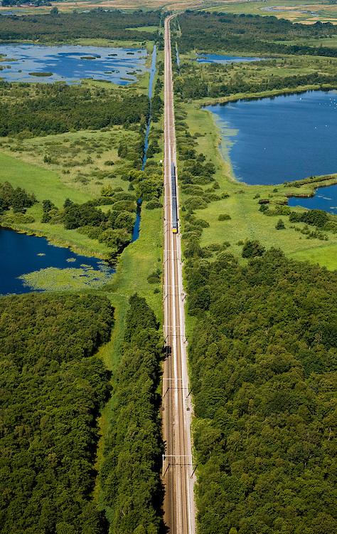 Nederland, Noord-Holland, Naarden, 14-07-2008; natuurgebied Naardermeer, oudste en een van de bekenste natuurreservaten van Nederland, bezit van de Vereniging voor Natuurmonumenten (grondlegger Jac. P. Thijsse); natuurreservaat, spoorlijn gezien naar Weesp; momenteel wordt het gebied uitsluitend doorsneden door de spoorlijn Weesp - Naarden/Bussum, er zijn echter plannen om een nieuwe weg aan te leggen vlak langs en onder het gebied,namelijk tussen het nabij gelegen Almere en Amstelveen (en door naar Schiphol) dit in verband met de fileproblematiek rond de hoofdstad; Rijkswaterstaat overweegt echter de Gaasperdammerweg te verbreden ivm die files en zo het Naardermeer te sparen; . .luchtfoto (toeslag); aerial photo (additional fee required); .foto Siebe Swart / photo Siebe Swart
