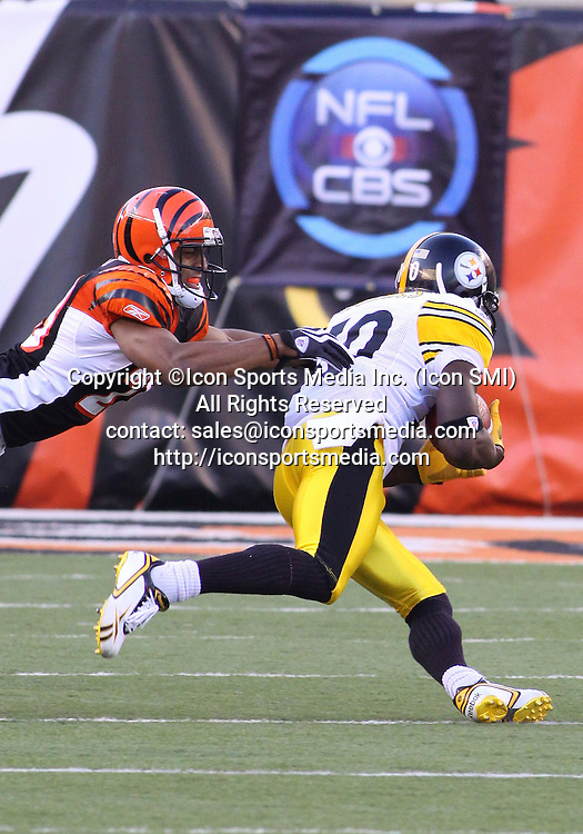 September 27 2009: WR Santonio Holmes (10)of the Pittsburgh Steelerscatches a pass in front of CB Leon Hall (29) of the Cincinnati Bengals during the game at Paul Brown Stadium in Cincinnati, OH.
