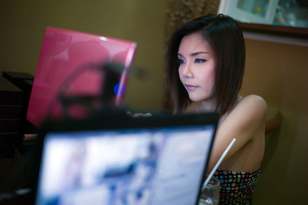 Bangkok November 2013<br /> D.J's : Gift (Jeeranun, 28 years old) at work for missladyboys.com, a website which is the intersection between all Ladyboys from Thailand and around the world.Bangkok Novembre 2013<br /> D.J's : Gift (Jeeranun, 28 ans) au travail pour missladyboys.com, un site web qui est l'intersection entre toutes les Ladyboys de Thaïlande et du monde entier.