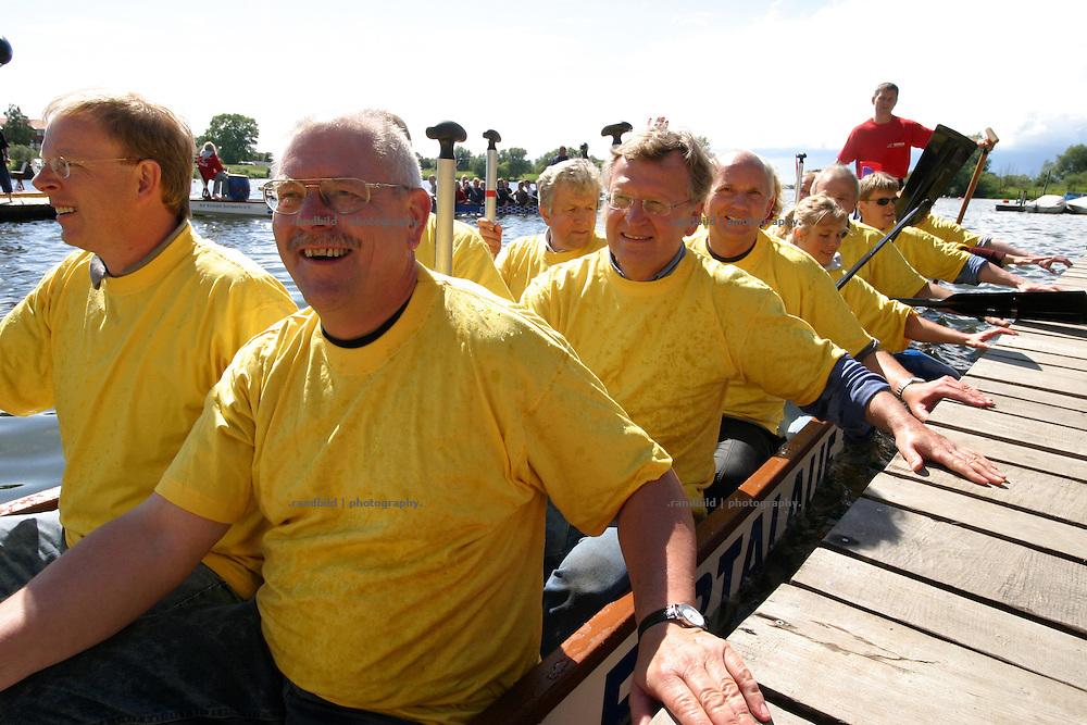 Landrat Dieter Aschbrenner (CDU, vorne) hat in einem Drachenboot am 2. Gartower Drachenbootrennen teilgenommen.