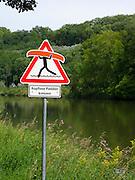 Verkehrsschid wart Radler vor Paddler, Donau, Bayern, Deutschland.|.warning sign near Danube, Bavaria, Germany