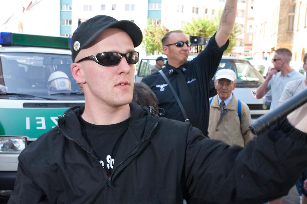 Germany - Deutschland - 1. MAI in BERLIN: Zur NPD-Kundgebung auf dem Gelände der Partei-Bundeszentrale in Berlin-Köpenick versammelten sich etwa 200 Nationalisten und Rechtsextreme.; HIER: kurze Kundgebung der Neonazis auf dem Mandrellaplatz; Kameradschaften, FRONTBANN 24; Autonome Nationalisten;.BERLIN, MAY 1: 200 Neofascists and supporters of the extrem right wing party NPD made a meeting in the party headquarter in Berlin Koepenick; HERE: short demonstration and speeches on Mandrellaplatz; members of comradships, Autonom Nationalists, FRONTBANN 24; 01.05.2009