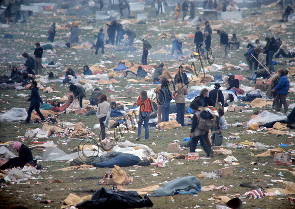 Festival aftermath - East Afton Festival site .- Unless you were actually there, it is hard to imagine the immensity of the litter problem that an event such as this poses. Whilst all the fans were waiting for their buses home, many hundreds of people carried on cleaning and trying to make good the site.