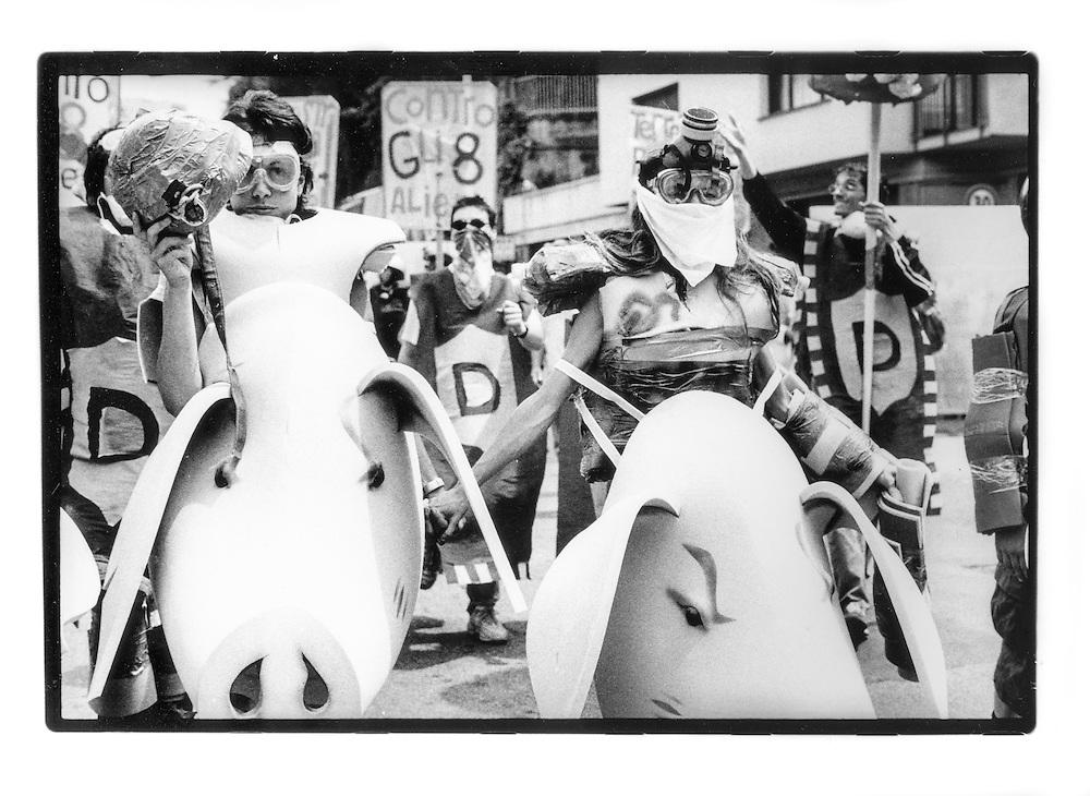 Proteste contro il summit del G8, Genova luglio 2001. Venerdì 20 luglio, corteo dei Disobbedienti. Manifestanti con corazze e maschere di maiali. Corso Europa.
