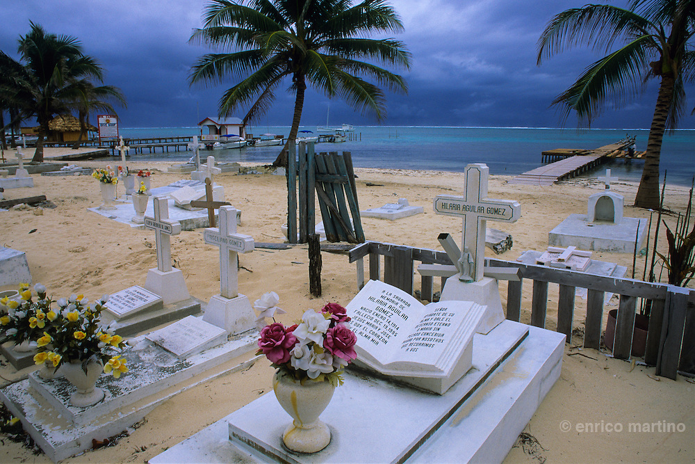 Ambergris Caye: San Pedro village, cemetery near the sea.