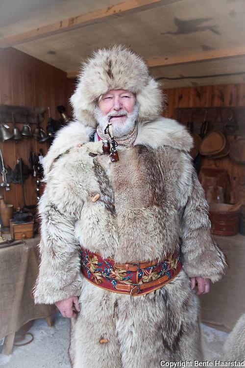 Mann i tradisjonell bekledning i skinn, ulveskinn, på Rørosmartnan.