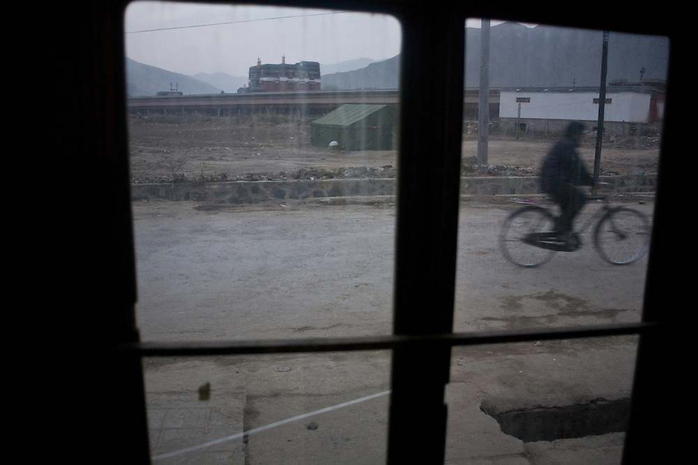 The pilgrimage path of the monastery of Labrang seen from a shop.