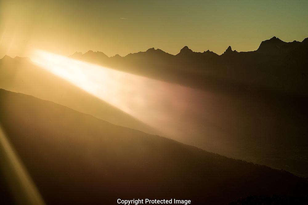 Le soleil couchant sur le Valais (OLIVIER MAIRE)<br /> 2017<br /> VALAIS TOURISME AUTOMNE SUISSE <br /> lumi&egrave;re rasante plaine du Rhone fin d'apr&egrave;s midi rayon de soleil<br /> <br /> mountains Alps Switzerland sunset