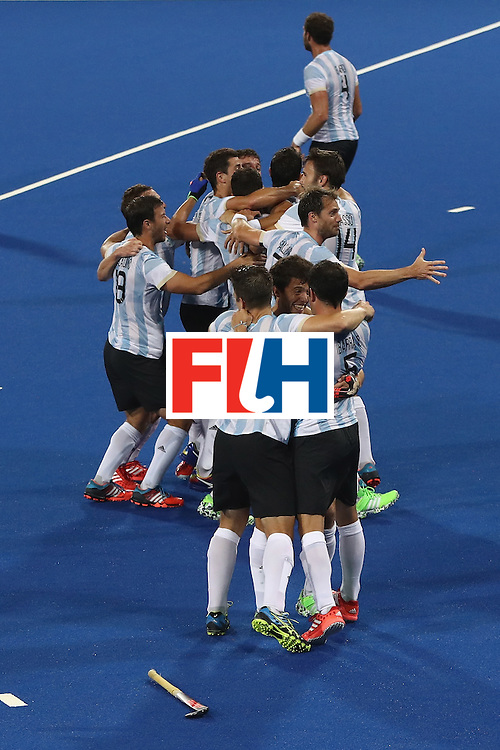RIO DE JANEIRO, BRAZIL - AUGUST 18:  Argentina celebrate their 4-2 victory to win the gold medal during the Men's Gold Medal match between Argentina and Belgium on Day 13 of the Rio 2016 Olympic Games held at the Olympic Hockey Centre on August 18, 2016 in Rio de Janeiro, Brazil.  (Photo by David Rogers/Getty Images)