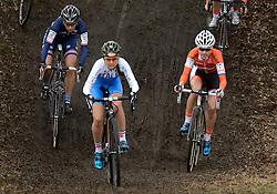 01-02-2014 WIELRENNEN: UCI CYCLO-CROSS WORLD CHAMPIONSHIPS: HOOGERHEIDE <br /> Bij het WK in Hoogerheide pakte de 26-jarige Vos voor de zesde keer op rij de wereldtitel. In het midden Eva Lechner ITA pakt het zilver en links de Franse Lucie Chainel-Lefevre<br /> ©2014-FotoHoogendoorn.nl