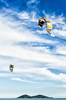 Kitesurf na Praia do Campeche e Ilha do Campeche ao fundo. Florianópolis, Santa Catarina, Brasil. / Kitesurf at Campeche Beach and Campeche Island in the background. Florianópolis, Santa Catarina, Brazil.
