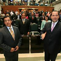 Toluca, Mex.- Los diputados Higinio Martinez Miranda (izq) del PRD y Eruviel Avila Villegas (der) del PRI, rinden protesta como secretario y presidente respectivamente, de la junta de coordinacion politica del Congreso del Estado de México. Agencia MVT / Mario Vazquez de la Torre. (DIGITAL)<br /> <br /> <br /> <br /> <br /> <br /> <br /> <br /> NO ARCHIVAR - NO ARCHIVE
