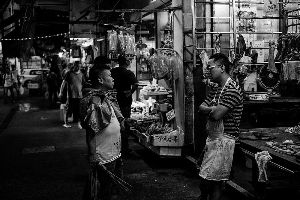 Hong Kong | 04.05.2017: Hong Kong <br /> <br /> hier:  Metzger in North Point in der Chung Yeung Street im Gespr&auml;ch mit Kunden.<br />  <br /> Sascha Rheker<br /> 20170504<br /> <br /> [Inhaltsveraendernde Manipulation des Fotos nur nach ausdruecklicher Genehmigung des Fotografen. Vereinbarungen ueber Abtretung von Persoenlichkeitsrechten/Model Release der abgebildeten Person/Personen liegt/liegen nicht vor.]