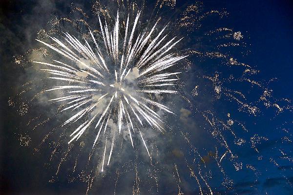 Nederland, Nijmegen, 15-7-2014 Voor het eerst sinds 2012 wordt tijdens de zomerfeesten van de 4daagsehet traditioneel groot vuurwerk gegeven. De Waal in vlammen. Op de waalkade, het valkhof en de oever van de rivier aan de kant van Lent staan tienduizenden mensen het spectakel te bewonderen. Foto: Flip Franssen/Hollandse Hoogte